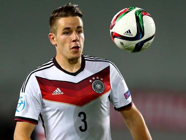 Tijdens de wedstrijd Jong Duitsland - Jong Servië blijft Christian Günter met de bal (letterlijk) voor zich. (17-06-2015)