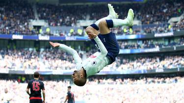 Moura celebra uno de sus goles de manera acrobática. (Foto: Getty)