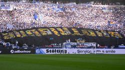 Ultras des FC Schalke 04 präsentieren ein gestohlenes BVB-Banner