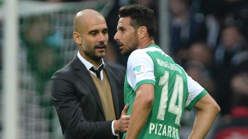 Arbeiteten einst beim FC Bayern zusammen: Pep Guardiola (l.) und Werder-Angreifer Claudio Pizarro. Foto: dpa