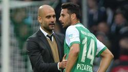 Arbeiteten einst beim FC Bayern zusammen: Pep Guardiola (l.) und Werder-Angreifer Claudio Pizarro