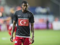 Ryan Donk, in dienst van Kasımpaşa SK, maakt zich op voor de competitiewedstrijd tegen Fenerbahçe. (13-09-2015)