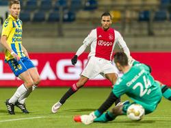 Zakaria el Azzouzi (m.) schuift de bal onder RKC Waalwijk-doelman Ralph Vos door en scoort de 2-5 tijdens het competitieduel RKC Waalwijk - Jong Ajax. (04-12-2015)