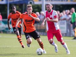 Pascal Bosschaart (r.) probeert Sebastian van Kammen (l.) voorbij te spelen tijdens het competitieduel IJsselmeervogels - Sparta Nijkerk. (06-12-2014)