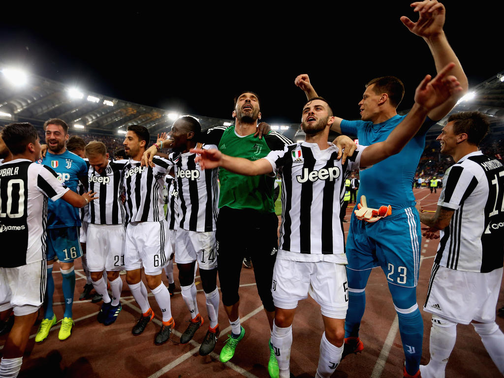 Die Juve-Profis feiern nach dem Abpfiff die Meisterschaft