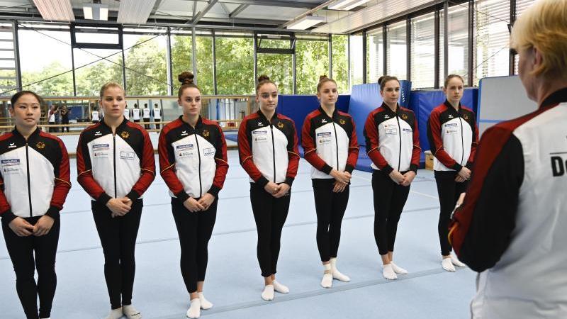 Das Frauen-Team für die WM: Trainerin Ulla Koch (r.) spricht zu den Turnerinnen (v.l.) Kim Bui, Elisabeth Seitz, Pauline Schäfer, Lisa Zimmermann, Emelie Petz, Sophie Scheder und Sarah Voss