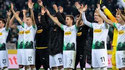 Die Gladbacher feierten nach dem 4:2-Erfolg am Sonntag mit den Fans