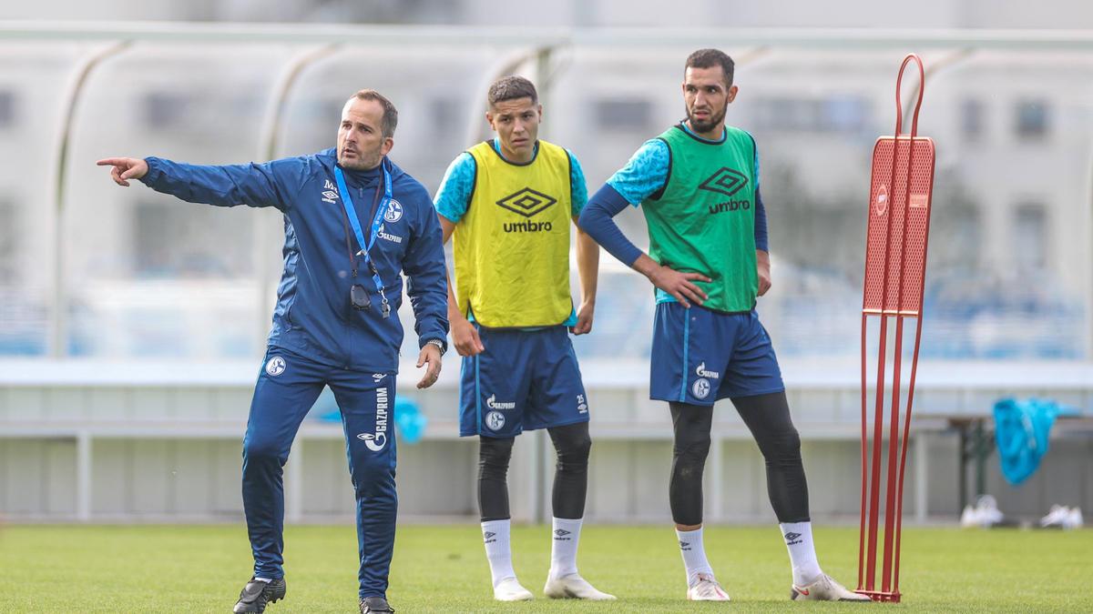 """Manuel Baum bekräftige, dass es für die Ausbootung der Schalke-Profis Amine Harit und Nabil Bentaleb """"gute Gründe"""" gab"""