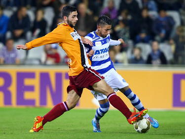 Kürşad Sürmeli (l.) probeert Caner Cavlan (r.) tijdens De Graafschap - Achilles'29 van de bal te zetten. (18-10-2014)