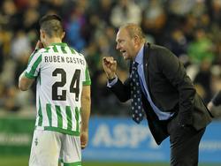 Pepe Mel gibt seinem Torjäger Rubén Castro letzte Anweisungen