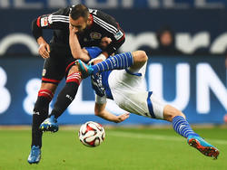 Huntelaar (dcha.) y Ömer Toprak luchan ferozmente por un balón durante el partido. (Foto: Getty)