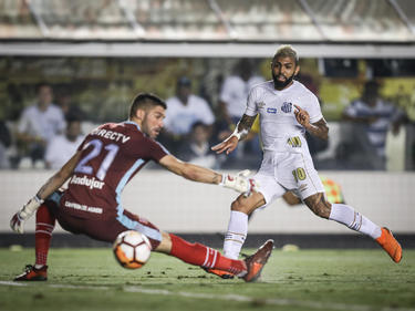 Gabigol adelantó al Santos con este tiro superando a Mariano Andújar. (Foto: Getty)