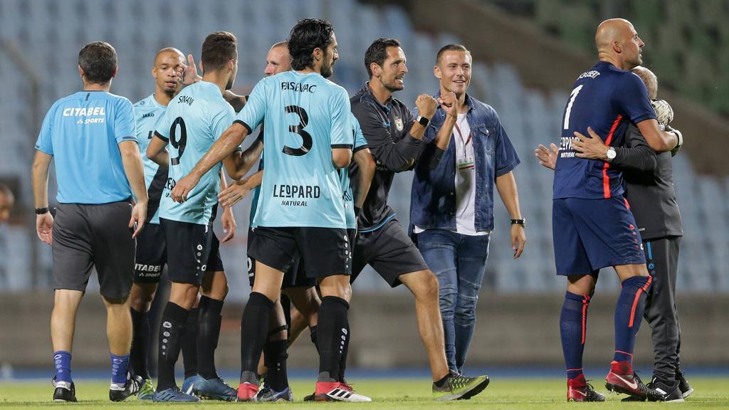 Dino Toppmöller (m.) ballt die Fäuste nach dem Triumph gegen Legia