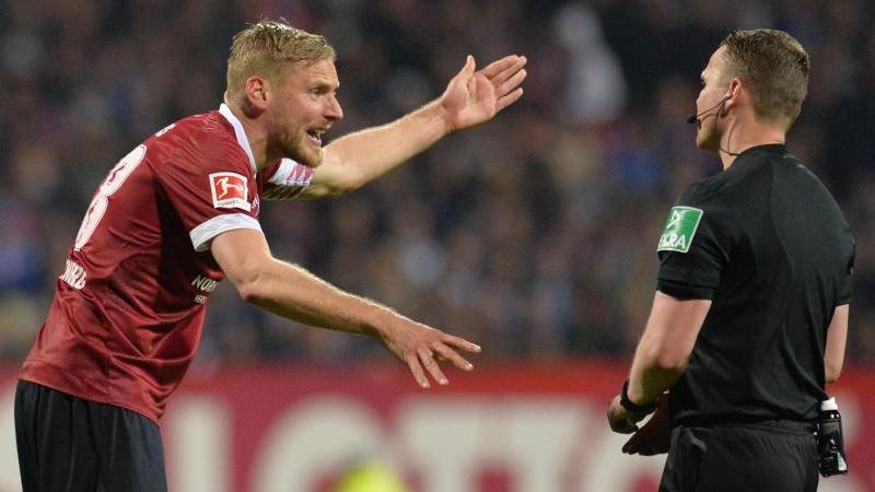 Hanno Behrens diskutiert mit Schiedsrichter Robert Kampka