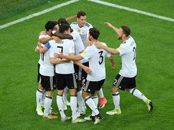 De Duitsers komen samen om het openingsdoelpunt van Lars Stindl te vieren. (02-07-2017)