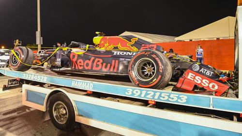 Das Unfallauto von Alexander Albon auf einem Abschlepp-Lastwagen in Bahrain