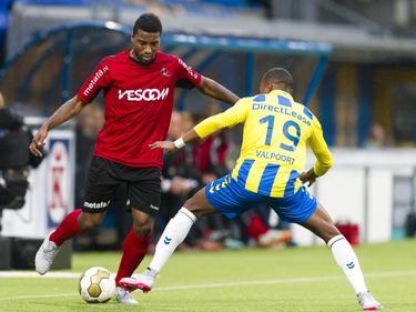 Gévero Markiet (l.) wil voorzetten, maar heeft Arsenio Valpoort voor zich staan tijdens de bekerwedstrijd tussen RKC Waalwijk en Helmond Sport. (24-09-2015)