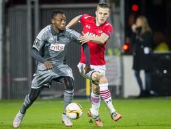Jeffrey Gouweleeuw (r.) blijft achter als Aboubakar Oumarou met de bal richting het doel van AZ dribbelt. (26-11-2015)