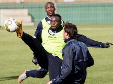 Toni Varela (m.) laat zien over uitstekende flexibiliteit te beschikken op de training van FC Dordrecht. (03-03-2016)