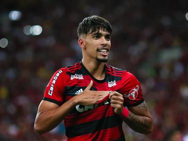 Lucas Paquetá se toca el escudo de Flamengo tras un gol. (Foto: Getty)