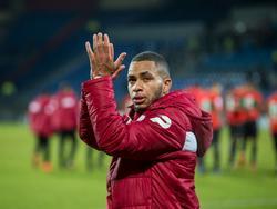 Gregor Breinburg bedankt het publiek na afloop van het competitieduel Willem II - NEC Nijmegen (15-01-2017).