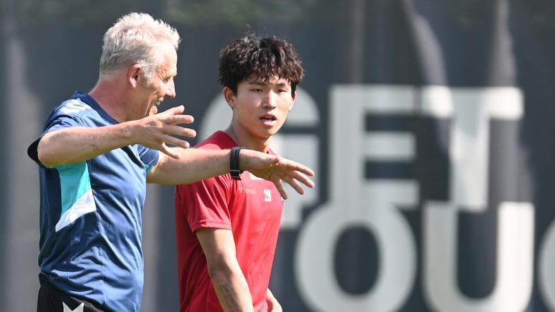 Freiburg-Coach Christian Streich (l.) mit Neuzugang Wooyeong Jeong