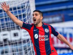Blandi celebra un tanto con el equipo de Almagro.
