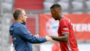 Bayern-Coach Hansi Flick kann sich einen Verbleib von Jérôme Boateng (r.) vorstellen