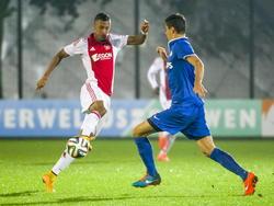 Richairo Živković en Menno Koch duelleren in de Jupiler League tijdens Jong Ajax - Jong PSV. (24-10-2014)