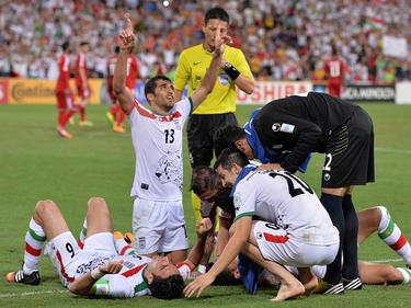 Reza Ghoochannejhad wird von seinen Teamkollegen begraben: Soeben hat er den Iran zum 1:0-Last-Minute-Sieg gegen die VA Emirate geschossen.