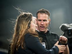 Al vroeg in de wedstrijd legt scheidsrechter Danny Makkelie de wedstrijd SC Cambuur - De Graafschap stil. Fans van de uitclub gooien herhaaldelijk vuurwerk op het veld, waarna Makkelie twijfelt of hij het duel moet staken. (27-11-2015)
