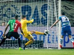 Doelman Mickey van der Hart (m.) moet al vroeg in de wedstrijd redding brengen met zijn been, om de 0-1 van NEC te voorkomen. (10-02-2017)