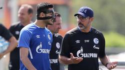 Ozan Kabak (l.) muss derzeit noch mit Gesichtsmaske trainieren