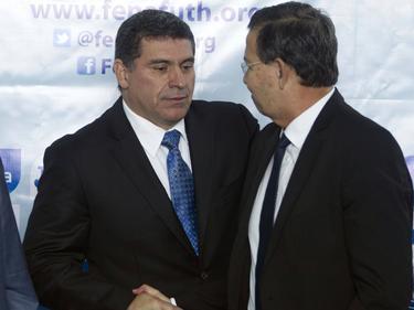 Callejas (dcha.) estrecha la mano al ex técnico de Honduras Fernando Suárez en 2014.
