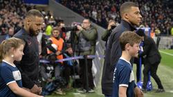 Neymar y Mbappé saltando al terreno de juego.