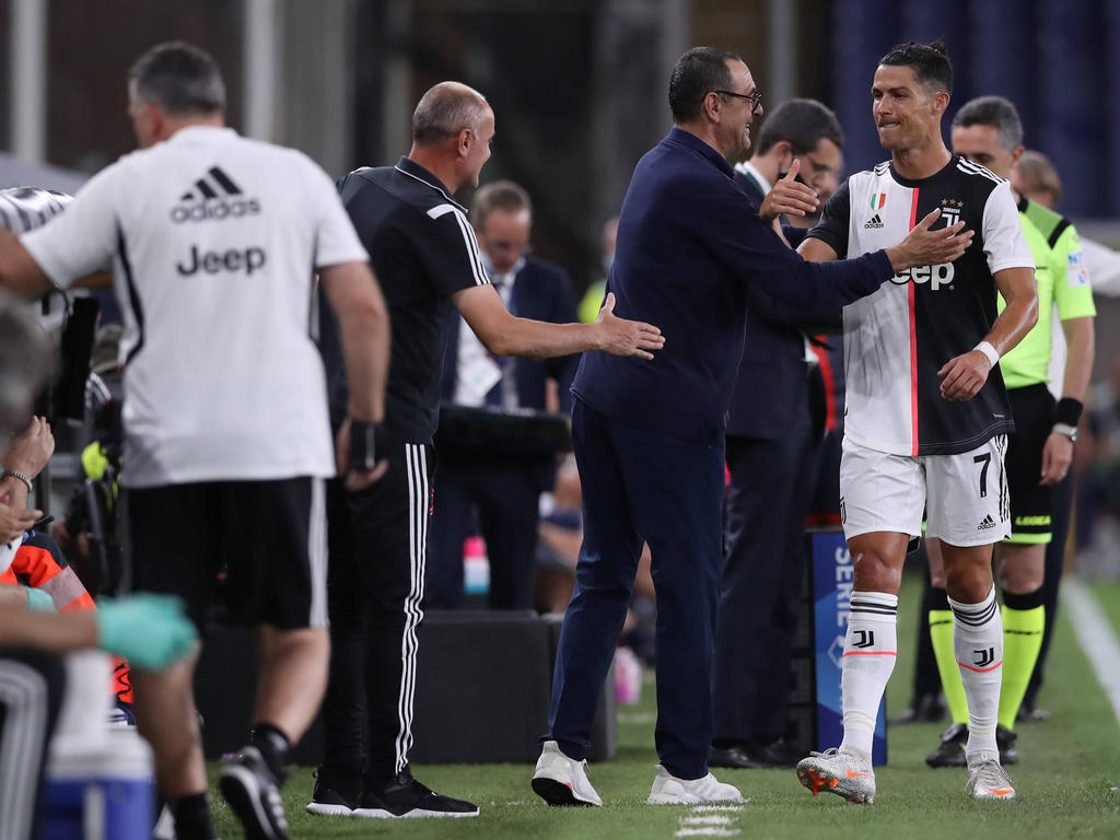 Ronaldo es felicitado por Sarri en el banquillo.