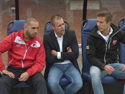 Danny Buijs (m.) overlegt met leden van de technische staf voor de competitiewedstrijd tegen Excelsior Maassluis. (12-09-2015)