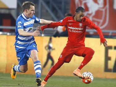 Jerson Cabral (r.) draait kort weg bij Wout Brama, die moet lossen tijdens FC Twente - PEC Zwolle. (12-03-2016)