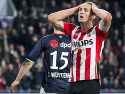 Luuk de Jong baalt van zijn gemiste kans tijdens de wedstrijd PSV - Willem II. (09-04-2016)