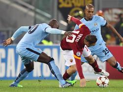 Eliaquim Mangala (l.) probeert Francesco Totti (m.) af te stoppen tijdens AS Roma - Manchester City.