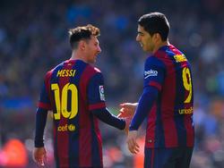 Messi y Luis Suárez se felicitan mutuamente por su gran partido. (Foto: Getty)