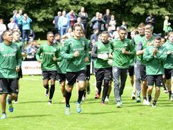 De spelers van FC Groningen beginnen met de warming-up aan de eerste training in de voorbereiding op het nieuwe seizoen. (26-06-2016)