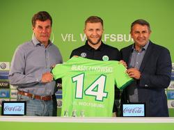 Jakub Blaszczykowski posa con su nueva camiseta en la presentación. (Foto: Imago)