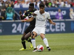 Marco Asensio Willemsen (r.) houdt Bertrand Traoré (l.) van zich af tijdens het oefenduel tussen Real Madrid en Chelsea. (30-07-2016)