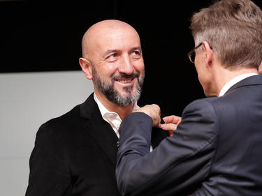 Ranko Popovic bekommt vom SKN-Präsident den spusu-Wolf