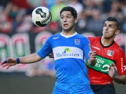 Anass Achahbar (l.) is verwikkeld in een duel om de bal met Wojciech Golla van NEC Nijmegen. (05-08-2016)