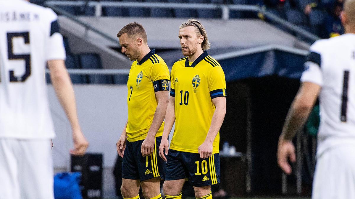 Schwedens Sebastian Larsson (l:) lief bei der EM 2021 als Kapitän auf