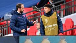 Gareth Southgate (l.) verzichtet bislang auf BVB-Star Jadon Sancho (r.)