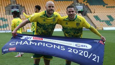 Teemu Pukki und Emiliano Buendia feiern die Meisterschaft