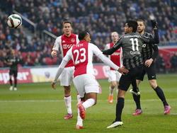 Jesús Corona (r.) timet beter dan Kenny Tete (m.) in een luchtduel en de Mexicaan zet FC Twente op voorsprong tegen Ajax. (15-02-2015)